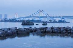 Costa de la bahía de Tokio con el fondo del puente del arco iris foto de archivo