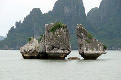 Costa de la bahía de Halong del mar del sur de China Vietnam Vista de la playa y los símbolos de religiones del este imagen de archivo libre de regalías