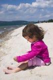 Costa de la muchacha y de mar Imagen de archivo libre de regalías