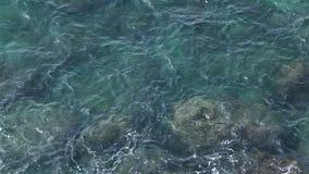 Costa de la onda superficial y de la roca almacen de metraje de vídeo