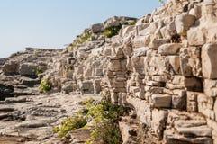Costa de la playa rocosa en Porec, península de Istria, Croacia imagen de archivo