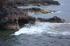 Costa de la roca volcánica en las islas Canarias Fotos de archivo