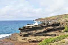 Costa costa de la roca volcánica a lo largo de las orillas de Oahu, Hawaii imagenes de archivo