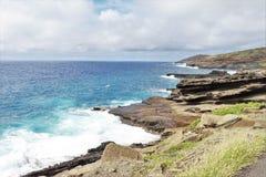 Costa costa de la roca volc?nica a lo largo de las orillas de Oahu, Hawaii imagen de archivo