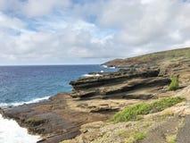 Costa costa de la roca volc?nica a lo largo de las orillas de Oahu, Hawaii fotografía de archivo