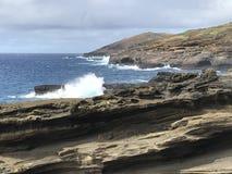 Costa costa de la roca volc?nica a lo largo de las orillas de Oahu, Hawaii imágenes de archivo libres de regalías