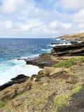 Costa costa de la roca volc?nica a lo largo de las orillas de Oahu, Hawaii fotografía de archivo libre de regalías