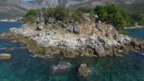 Costa costa de la visión aérea en la isla con el mar, abejón que vuela del paisaje hermoso metrajes