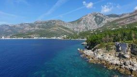 Costa costa de la visión aérea en la isla con el mar, abejón que vuela del paisaje hermoso almacen de video