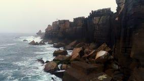 Costa de la visión aérea de Océano Atlántico con los acantilados escarpados almacen de video
