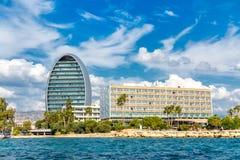 Costa de Limassol con los hoteles, moderno moderno y la playa chipre fotos de archivo