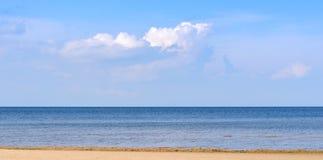 Costa de mar abandonada em um dia ensolarado brilhante imagem de stock