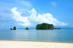 Costa de mar de Andaman en la isla de Langkawi, Malasia Pequeño isla verde foto de archivo libre de regalías