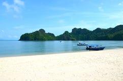 Costa de mar de Andaman na ilha de Langkawi, Malásia Boa pequena fotos de stock