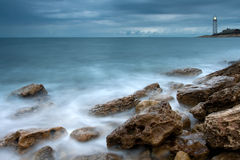 Costa de mar bonita com farol imagem de stock royalty free