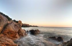 Costa de mar com rochas Imagem de Stock Royalty Free
