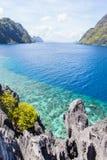 Costa de mar com rochas Imagens de Stock