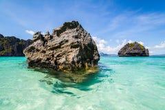 Costa de mar com rochas Foto de Stock Royalty Free