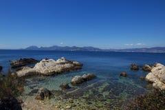 Costa de mar con agua azul Foto de archivo