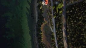 Costa de mar con el camino que lleva a la ciudad, Grecia almacen de video