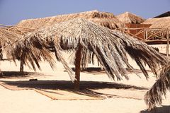 Costa de mar con los parasoles de playa Imagenes de archivo