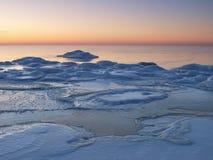 A costa de mar de congelação na noite romântica ilumina-se Fotografia de Stock