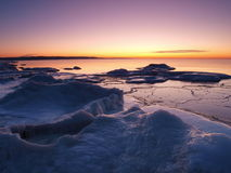 A costa de mar de congelação na noite romântica ilumina-se Foto de Stock Royalty Free