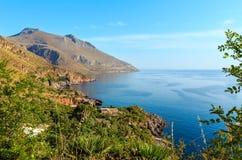 Costa de mar del cíngaro, Sicilia, Italia Imágenes de archivo libres de regalías