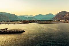 Costa de mar del golfo de Omán, de un pequeño acuerdo o de una ciudad lejos en la orilla imagen de archivo
