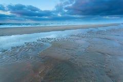 Costa de Mar del Norte durante la bajamar en oscuridad Fotografía de archivo