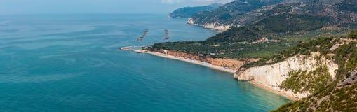 Costa de mar del verano Cala Rosa, Gargano, Puglia, Italia imágenes de archivo libres de regalías