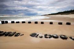 Costa de mar durante una tormenta, playa, rompeolas, nubes de tormenta, Kolobrzeg, Polonia imágenes de archivo libres de regalías