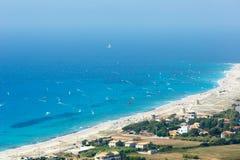 Costa de mar e kiteboarders Imagens de Stock Royalty Free