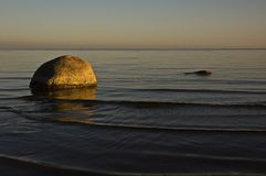 Costa de mar em um por do sol. Fotografia de Stock Royalty Free