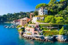 Costa de mar hermosa con las casas coloridas en Portofino, Italia imágenes de archivo libres de regalías