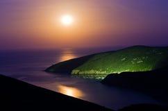 Costa de mar Mediterrâneo grega no crepúsculo sob a Lua cheia em Macedônia Fotografia de Stock Royalty Free