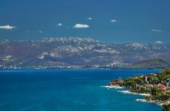 Costa de mar, montañas y la ciudad Fotos de archivo