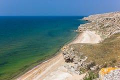 Costa de mar montanhosa com rochas e céu foto de stock royalty free