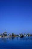 Costa de mar, palmeras, gente, foto de archivo libre de regalías