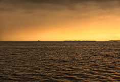 Costa de mar profundo no por do sol Fotos de Stock Royalty Free