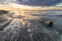 Costa de mar rochosa, à vista do sol de aumentação imagem de stock