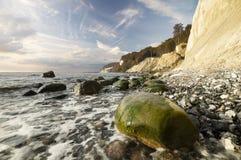 Costa de mar rochosa, à vista do sol de aumentação imagem de stock royalty free