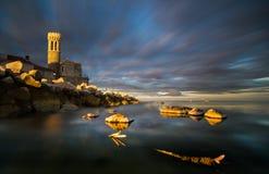 Costa de mar rochosa, à vista do sol de aumentação imagens de stock royalty free