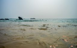 Costa de mar rochosa bonita no nascer do sol ou no por do sol fotografia de stock