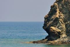 Costa de mar rochosa coberta por pinhos em Kemer Cara Antalya, Turquia imagens de stock royalty free