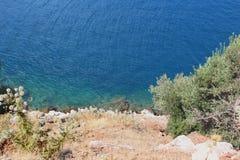 Costa de mar selvagem Água de turquesa Grama seca prickle Fotografia de Stock Royalty Free