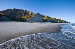 Costa de mar selvagem no nascer do sol fotos de stock