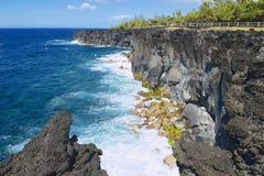 Costa de mar vulcânica preta da lava em Reunion Island, França Imagens de Stock