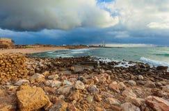 Costa de mar y ruinas de Caesarea Maritima, Israel fotos de archivo
