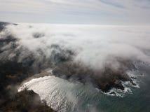 Costa de Marine Layer Drifting Over Northern Califórnia fotografia de stock